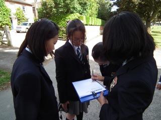 イギリス体験!中1/中2の英語の授業で「校外学習」プロジェクトが始まりました。