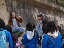 小・中学生がライム・レジスで化石採集。1億5000万年前のロマンに浸る。