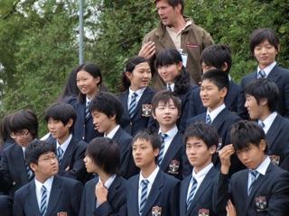 「全校生徒・教員・スタッフー 学校中の全ての人達が一枚の大きな写真に収まる日、全校写真撮影が行われました。」