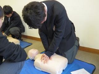 高校2年生が保健の授業でイギリス人外部講師によるFIRST AIDの講習を受講