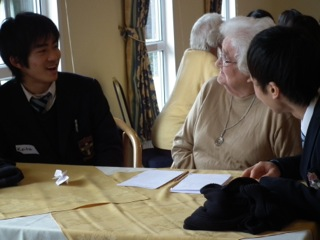 高校2年生がElmbridge Villageを訪問。イギリスで何年もの間豊かな生活をしてきた方々との懇談。