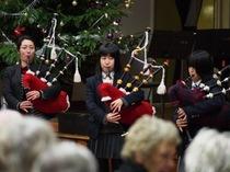 ステージの大きなクリスマスツリーも魅了されたスクールコンサート。