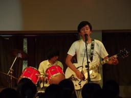 軽音楽部がコンサートを行いました。