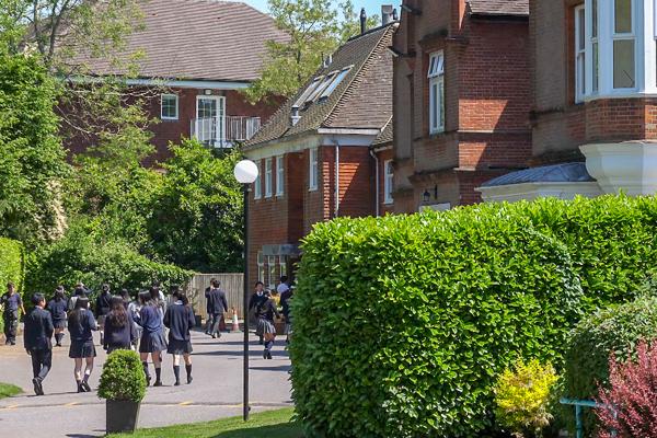 「英国の庭」と呼ばれる恵まれた自然環境の中に学校があります