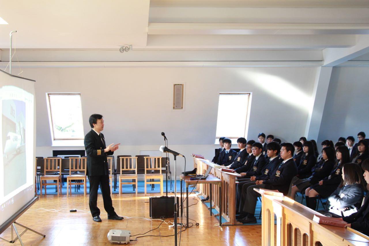 本校第1期生の中本洋一さんが来校し、パイロットという仕事についての講演会を開いてくださいました。